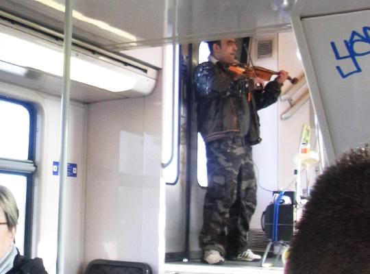 パリ 電車 ヴァイオリン